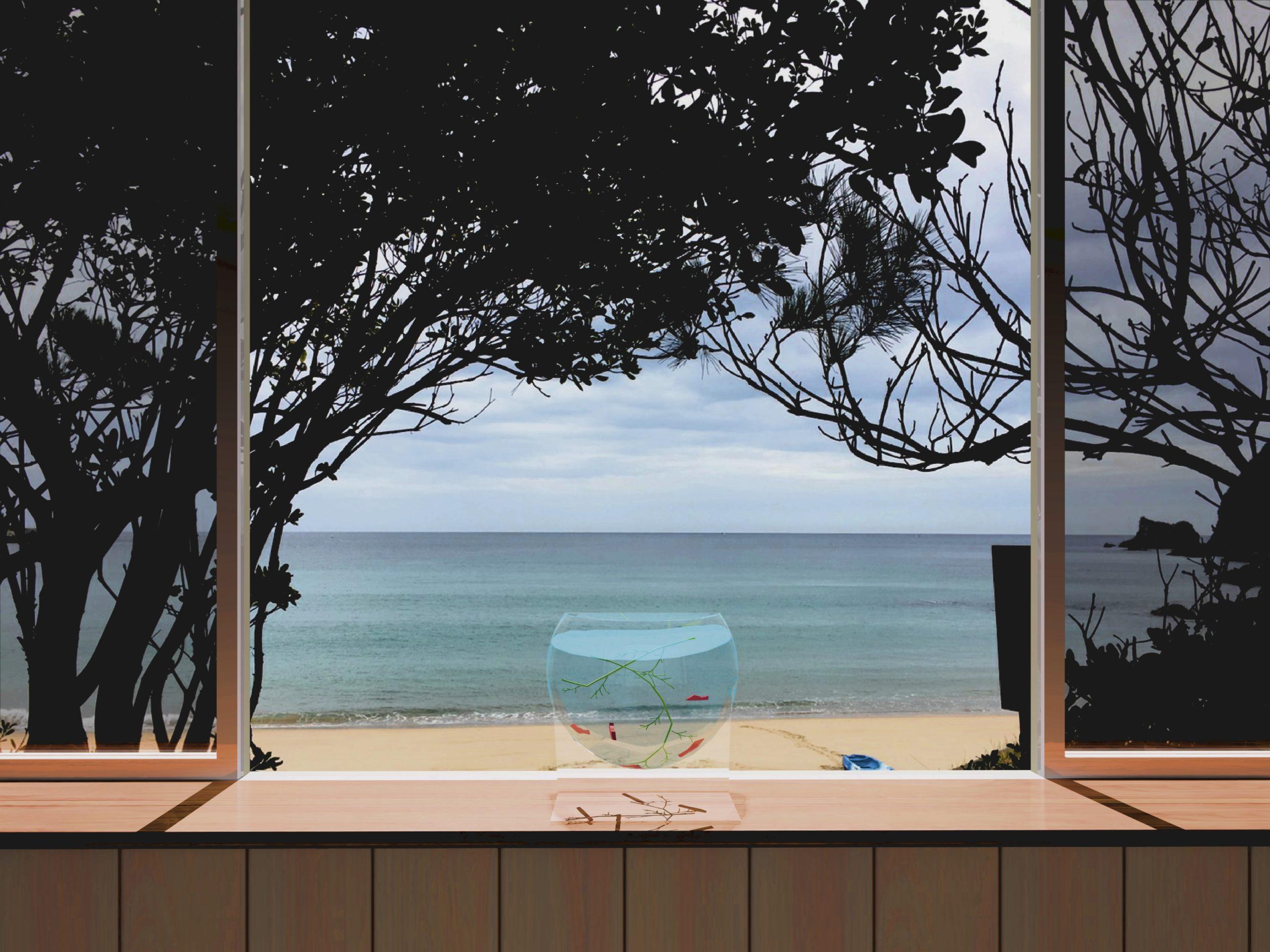 窓越しの海